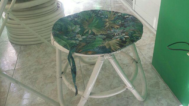Dos Sillones individuales de bambu mesa y taburete