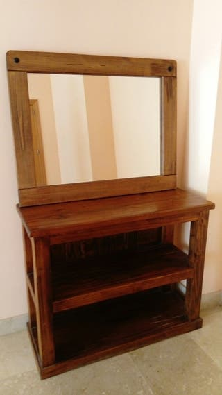 Mueble rústico con espejo.
