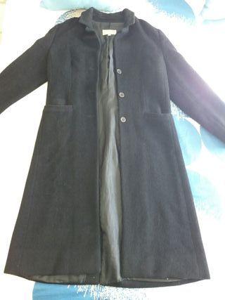 Abrigo largo negro de mujer.
