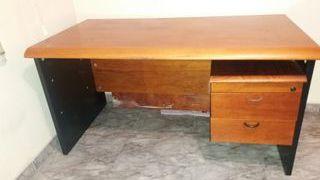 Mesa y armario de oficina