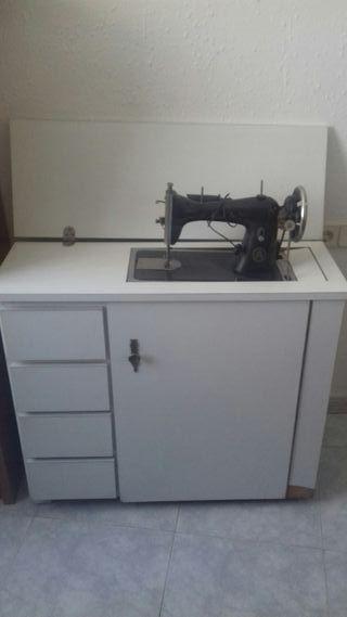 Máquina de coser Alfa con papeles de compra
