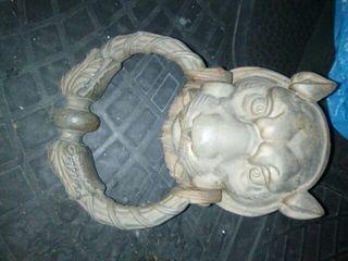 picaporte cabeza de leon y cuadro de la catedral