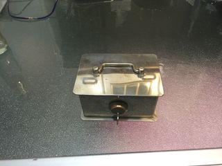Caja fuerte pequeña con llave