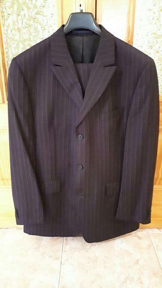 traje de caballero gris oscuro con rayas
