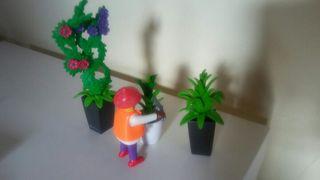 playmobil. jardinera de color con plantas