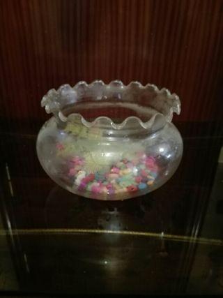 pecera de cristal con adorno artificial y piedrita