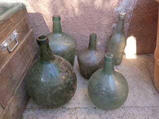 damajuana,botella de vidrio de diferentes tamaños.