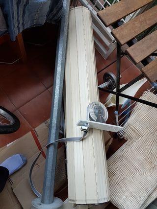 2 persianas de aluminio con tirador y su eje