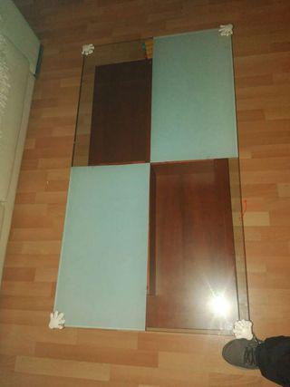 Mesa auxiliar de salón madera y cristal.
