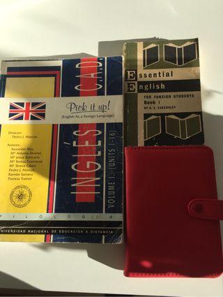 Agenda nueva y dos diccionarios