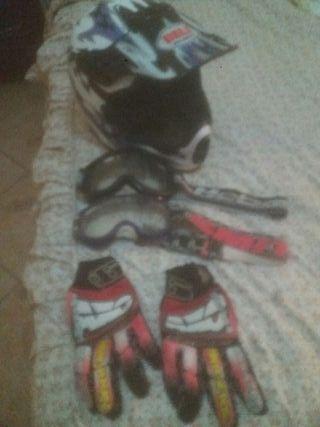 casco. gafas y guantes de cross