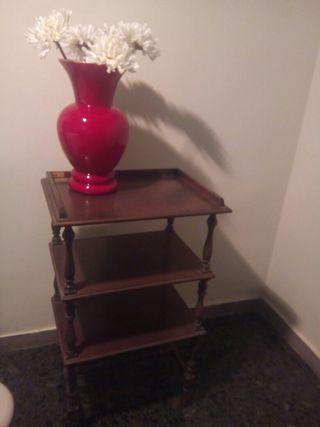 mesa auxiliar con estantería