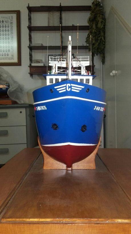 Barco pesquero real en miniatura a mano