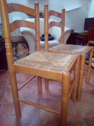 Pareja de sillas de madera