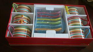 6 tazas con 6 platos y 6 cucharas