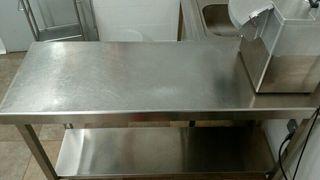 mesa central de trabajo inoxidable con estante