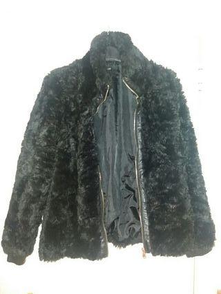 chaqueta negra de pelo.