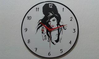 reloj sobre discos de vinilo Amy Winehouse