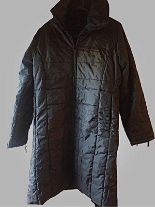 Abrigo largo de mujer impermeable.