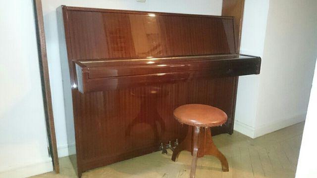 Piano vertical Yamaha M-1E