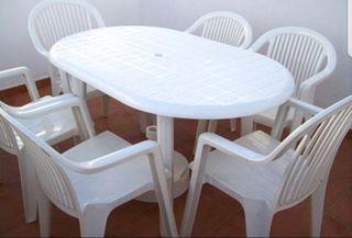 Mesa y sillas de plástico