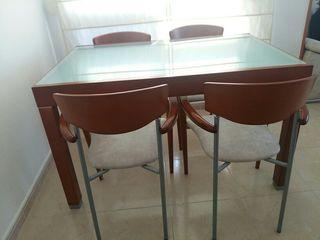 Mesa de comedor y 4 sillones