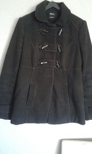abrigo color negro está perfecto talla S