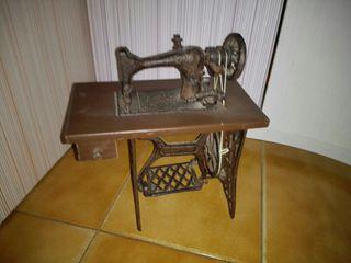 maquina de coser miniatura antigua