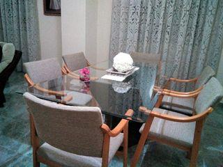 Mesa de cristal con seis sillones