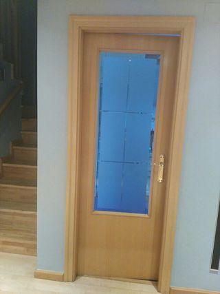 puerta de madera y cristal al ácido