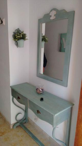 Tocador antiguo con espejo