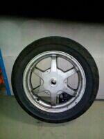 ruedas con neumáticos delantero y trasero