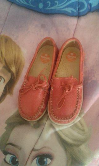 zapatos para niños color rojo es de piel talla 28