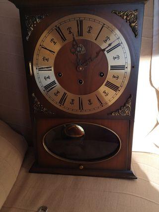 Reloj carrillon antiguo de pared en madera noble.