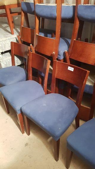 sillas de madera con tapiz azul