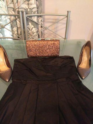 vestido para ir de boda con su zapato y bolso