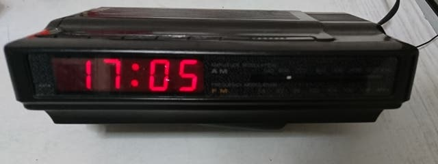 Reloj digital con radio.