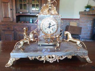 Reloj con dos candelabros