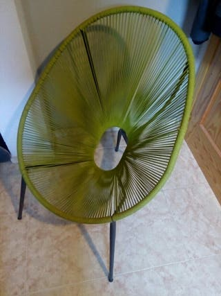 Silla color verde.