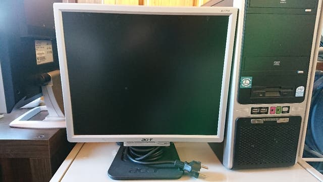 Monitor PC Acer 17 pulgadas gris.