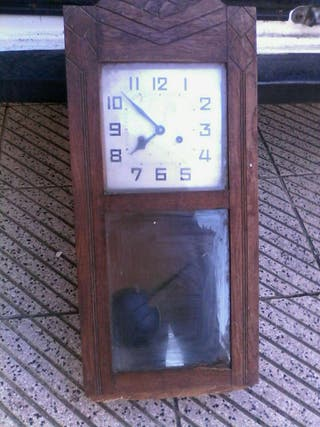 Antiguo reloj de pared funciona