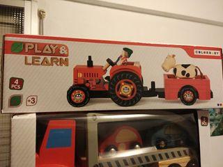 Juguete artesanal de madera. tractor con granjero