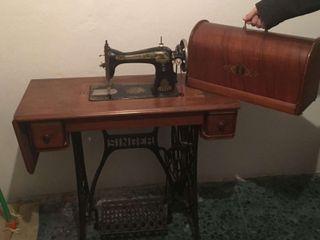 Singer y mueble antigua