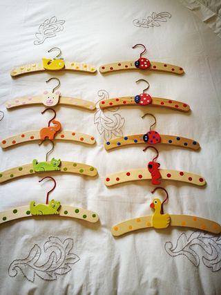 10 perchas de madera infantiles