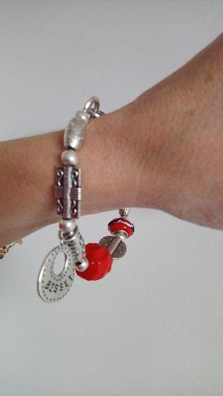 pulsera metal y piedra color rojo