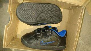 Nike ,piel negras, velcro, niños