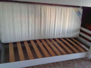 Litera de madera y colchón.