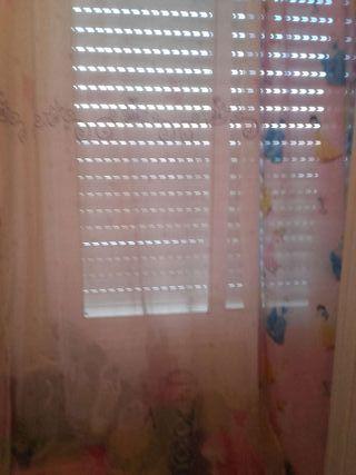Lámpara edredón y cortinas.