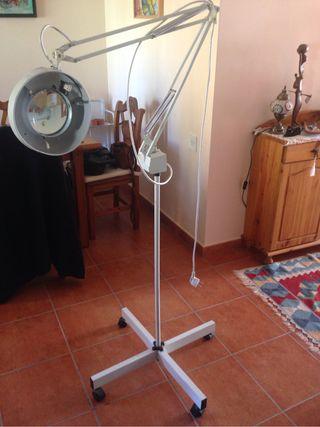 Lámpara con lupa 5x con brazo articulado y pie