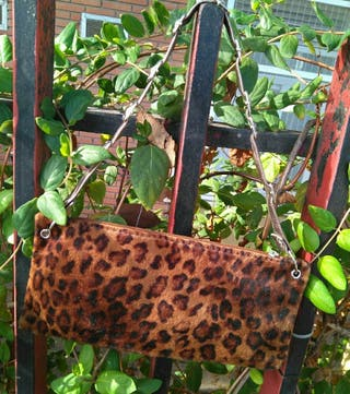 bolso clutch estampado de leopardo